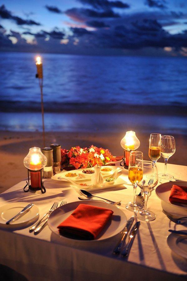 Bữa tối thịnh soạn bên ánh nến ấm áp và khung cảnh thơ mộng